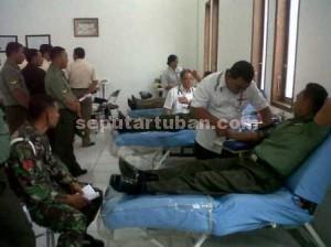 PEDULI : Aktivitas donor darah di Kantor PMI Tuban