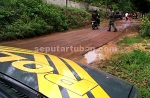 BERTOLAK BELAKANG : Anggota Koramil Montong saat mengatur arus lalu lintas
