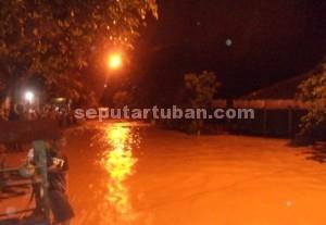 TERISOLIR : Warga mengungsi hingga dipinggir tebing karena seluru pemukiman terendam termasuk jalan poros kecamatan, Sabtu (27/12/2014) malam