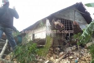 AMBLAS : Rumah milik Abdul Muchith longsor akibat tergerus aru banjir bandang