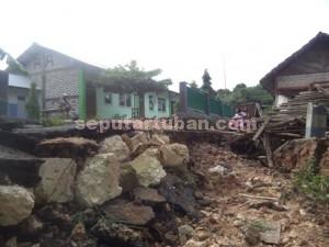 NYARIS PUTUS : Jalan kampung yang menjadi akses utama warga Jambon, Dusun Jaten, Desa Guwoterus yang rusak berat akibat banjir bandang ini terancam tidak dapat segera diperbaiki