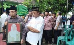 PERISTIRAHATAN TERAKHIR: Prosesi pemakaman Endang Sri Susilowati.