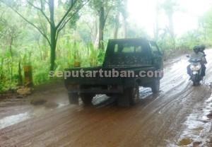 PELAN-PELAN : Pengguna jalan yang melintas di kawasan Krawak, Desa Guwoterus, Kecamatan Montong, ektra hati-hati agar tidak tergelincir