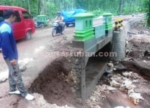 RUSAK BERAT : Kondisi bangunan jembatan krawak usai diterjang air bah