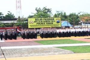 SIAGA : Apel gelar pasukan Ops Lilin Semeru 2014 di Halaman belakang Mapolres Tuban, Selasa (23/12/2014)