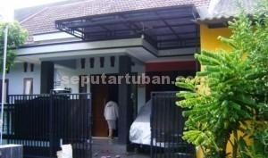 KOSONG: Rumah milik pasutri Wahyudi dan Oktafiana di komplek perumahan karang Indah Blok AA nomor 23 Tuban yang dikuras maling, Senin (15/12/2014) siang.