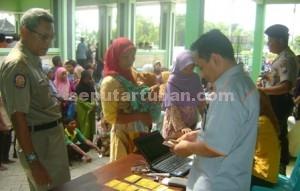 KONDUSIF: Para warga dengan tertib antre di Kantor Pos Tuban untuk menerima dana PSKS.