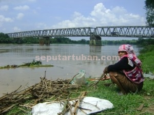SIAGA BANJIR : Kondisi debit air sungai bengawan solo selama beberapa hari terakhir hampir meluber dari bibir sungai
