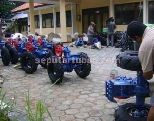 SIAP PAKAI : Petugas saat merangkai hand traktor yang akan diberikan kepada sejumlah koptan di Tuban
