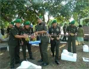 JIWA KORSA : Sejumlah perwira jajaran Kodim 0811 Tuban saat berziarah di Taman Makam Pahlawan