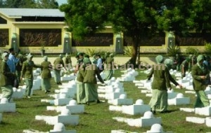 KEBERSAMAAN : Sejumlah anggota Persit Candra Kirana Tuban  saat berziarah di Taman Makam Pahlawan