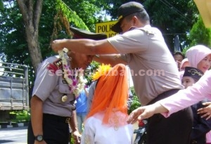 SELAMAT DATANG : Wakapolres Tuban, Kopol Ali Mahfudz saat mengalungkan bunga kepada Kapolres Tuban, AKBP Guruh Arif Darmawan saat memasuki pintu gerbang Mapolres Tuban
