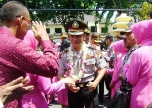 NAMPAK CERIA : Kapolres Tuban, AKBP Guruh Arif Darmawan saat memasuki halaman Mapolres Tuban