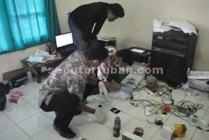 OLAH TKP: Aparat Polres Tuban tengah melakukan identifikasi di sekretariat BEM STITMA, Jumat (30/01/2015) siang.