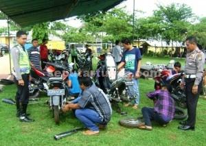 SERUPA BENGKEL : Suasana halaman belakang Mapolres Tuban ramai orang memperbaiki sepeda motor