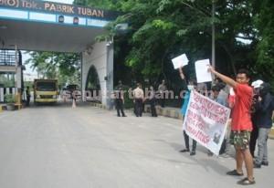 RESAHKAN BATU BARA : 5 warga sekitar pabrik PT Semen Indonesia saat melakukan aksi unjuk rasa di depan pabrik