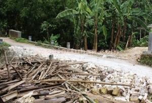 BAHAYA: Badan jalan menuju arah jembatan yang menghubungkan Dusun Jambon dan Dusun Jaten  yang diuruk pedel secara gotong royong oleh warga Desa Guwoterus.