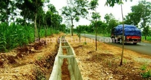 BERANTAKAN: Proyek drainase jalan poros yang menghubungkan Kecamatan Montong dan Kecamatan Merakurak, Senin (12/01/2015) siang.