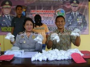 BUKAN YANG PERTAMA: Barang bukti 222 butir pil carnopen yang berhasil disita dari tangan ES, Jumat (30/01/2015) siang.