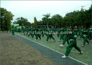 LEBIH PROFESIONAL : Anggota jajaran Kodim 0811 Tuban saat mengikuti latihan Yongmoodo di Makodim Tuban