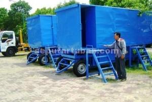 FASILITAS BARU : Ini bentuk mobil toliet baru milik Pemkab Tuban yang diparkir di halaman belakang Dinas PU, Kamis (08/01/2014)