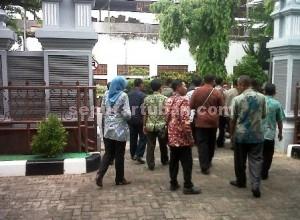 WADUL PEMKAB : Sejumlah pengurus dan anggota PPDI Kab. Tuban saat keluar meninggalkan kantor Bappemas dan KB
