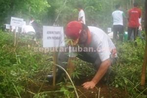 SELAMATKAN LINGKUNGAN : Adm Perhutani KPH Parengan, Daniel Budi Cahyono saat melakukan penanaman pohon bersama Muspika Montong di kawasan Krawak