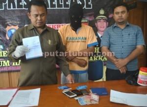 DUKUNG AKSI ANAK : Tersangka penipuan, Sumali saat di Mapolres Tuban, Rabu (07/01/2014)