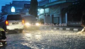 BANJIR TAHUNAN: Salah satu sudut jalan di kawasan perkotaan Kabupaten Tuban yang direndam air saat hujan turun.