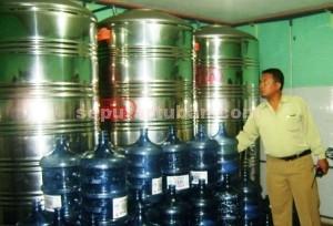 BODONG: Kasat Reskrim Polres Tuban AKP Haryono saat berada di depo produksi air kemasan galon milik Sunadyan di Desa Remen, Kecamatan Jenu, Rabu (14/01/2015) pagi.