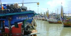 PARKIR: Selama terjadi musim barat seperti sekarang para nelayan di Tuaban yang memiliki kapal dengan ukuran besar memutuskan tidak melaut.