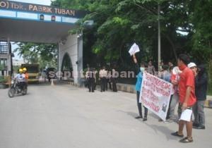 TIDAK SEBANDING : 5 Warga Desa Sumberrarum yang melakukan aksi unjuk rasa ini dijaga puluhan personil gabungan Polres Tuban