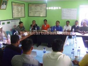 CARI KEADILAN : Warga Desa Wadung saat pertemuan dengan Manajemen PLTU Tanjung awar-awar di Balai Desa setempat