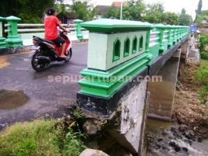 RAWAN AMBROL : Kondisi jembatan pada sisi pondasi amblas terkikis air sungai