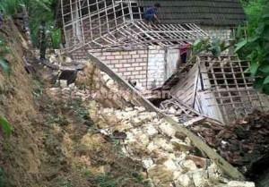 HANCUR : Kondisi rumah yang tertimpa longsoran