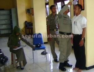BERHARAP LULUS : Peserta seleksi rekrutmen Sat Pol PP Tuban saat menjalani pemeriksaan tinggi badan