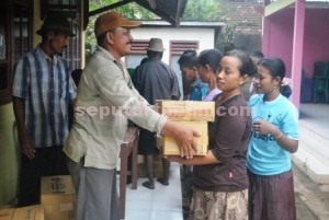 GEMBIRA : Warga korban banjir bandang Desa Gaji, Kecamatan Kerek saat menerima bantuan dari Pemkab Tuban