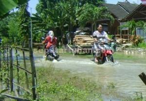 SUDAH MEREDA : Kondisi banjir yang merendam jalan poros Desa Karangtinoto, Kecamatan Rengel sudah mulai mereda
