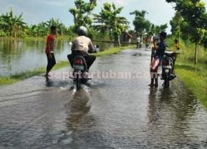 LANGGANAN BANJIR : Sejumlah ruas jalan di kawasan Kec. Kerek mudah terendam banjir karena dari kedua sisinya tidak terdapat saluran air