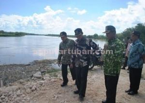 BLUSUKAN BERSAMA : Bupati Tuban (tengah), Fathul Huda dan wakilnya saat meninjau tanggul sungai bengawan solo yang baru selesai dibangun