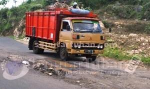 BARU SEUMUR JAGUNG: Kondisi jalan poros yang menghubungkan Kecamatan Kerek dan Montong, April 2014 lalu.