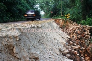 DIBIARKAN : Kondisi jalan Kerawak amblas digerus air