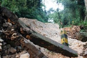 RUSAK PARAH : Selain tanah, bangunan penahan jalan juga turut ambrol