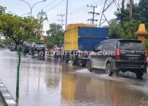 TERUS TERENDAM : Kondisi jalan Letda Sucipto Tuban akan tetap jadi langganan banjir saat hujan lebat. Karena belum ada program penyelesaian dari Pemkab Tuban
