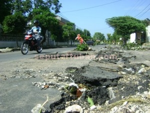 RUSAK BERAT : Kondisi jalan lintas Provinsi di kawasan Kecamatan Rengel mengalami kerusakan parah