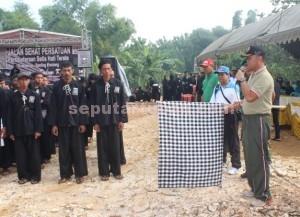 SEMANGAT : Komandan Kodim 0811 Tuban, Letkol Kav. Rahyanto Edy Yunianto saat memberangkatkan peserta jalan sehat persatuan SH Terate Guwoteru