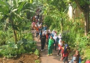 MERIAH : Masyarakat umum tumpah ruah mengikuti jalan sehat persatuan SH Terate Guwoterus