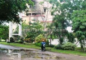 BAHA LAKA LANTAS : Kondisi jalan di sekitar PT Semen Indonesia rusak. Hal ini sangat membahayakan keselamatan pengguna jalan yang melintas.