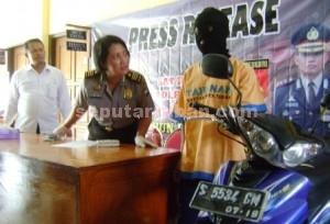 JAMBRET AMATIR : Tersangka bersama sepeda motornya saat di Mapolres Tuban