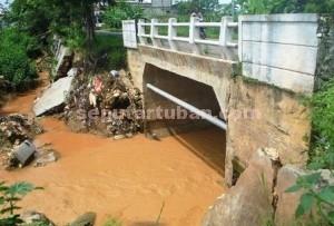 MASIH DIBIARKAN : Kondisi jembatan rawan ambrol belum diperbiki meski selalu sibuk dilalui kendaraan tiap hari